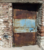 Rostig gammal dörr för metall Arkivbilder