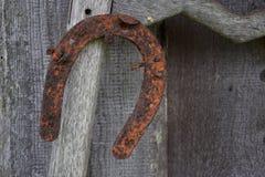 Rostig gammal/för tappning hängande hästsko Royaltyfri Bild