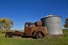 Rostig gammal Ford full tonlastbil Arkivfoton