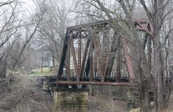 Rostig gammal järnvägbro royaltyfria bilder