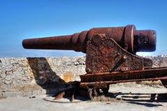 Rostig gammal kanon i fästning i Kuba royaltyfria foton