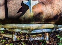 Rostig, gammal kastad bil i träna Arkivbild