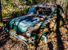 Rostig, gammal kastad bil i träna Royaltyfria Foton