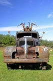 Rostig gammal lastbil med skulptur på taxin Arkivfoto