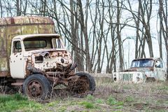 Rostig gammal lastbil på gräset Arkivbilder
