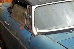 Rostig gammal mjuk bästa bil utanför Arkivfoto