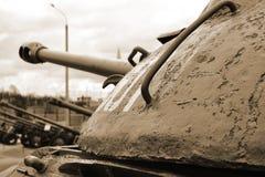 Rostig gammal sovjetisk militär behållare. Sepia. Royaltyfria Bilder