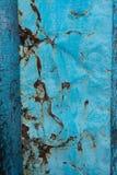 Rostig gammal tappningjärntextur med flagiga blått målar royaltyfria bilder