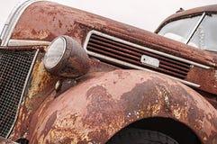 Rostig gammal tappninglastbil royaltyfri bild