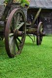 Rostig gammal/tappningvagn i en lantgård Royaltyfria Foton