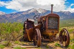 Rostig gammal traktor Royaltyfria Foton