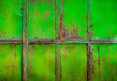 Rostig gräsplan målad metall med sprucken målarfärg, texturfärggrun Arkivfoto