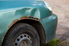 Rostig högerkanten av bilen, korrosiv defekt Korrosion och rost Arkivfoton