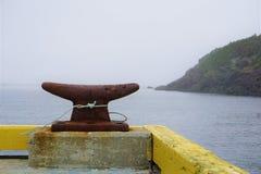 Rostig hamndubb i dimmig kanadensisk hamn fotografering för bildbyråer
