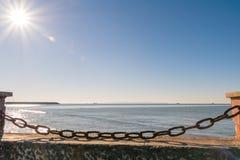Rostig kedja som blockerar stranden arkivfoto