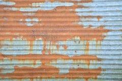Rostig korrugerad metallvägg Arkivfoton