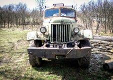 rostig lastbil Gammal rostig lastbil som överges i serbisk bergby Royaltyfri Bild