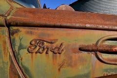 Rostig logo för Ford lastbil med polityr Arkivfoton
