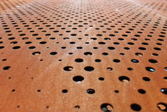Rostig metallisk bakgrund med hål arkivfoton