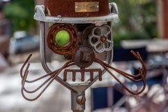 Rostig metallrobot som göras av reservdelar arkivfoto
