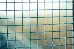 Rostig metallskyddsgaller med målarfärgrest Royaltyfria Foton