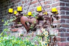 Rostig metallstearinljushållare med kedjor royaltyfri fotografi