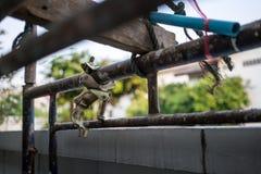 Rostig metallstruktur i konstruktionsplats med metallrörpolen Fotografering för Bildbyråer