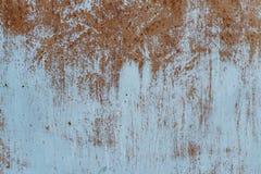 Rostig metalltextur med skrapor och sprickor målarfärg spårar Blåa och smutsiga orange färger kopiera avst?nd fotografering för bildbyråer
