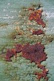 Rostig metallyttersida med sprucken grön målarfärg, abstrakt mött rostigt Arkivfoto