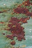 Rostig metallyttersida med sprucken grön målarfärg, abstrakt mött rostigt Fotografering för Bildbyråer