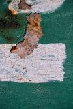 Rostig metallyttersida med sprucken grön målarfärg, abstrakt rostig metalltextur, grön rostig metallbakgrund med en remsa av den  Royaltyfria Foton