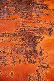 Rostig metallyttersida med sprucken röd målarfärg, abstrakt rostig metall Arkivbilder