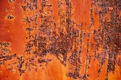 Rostig metallyttersida med sprucken röd målarfärg, abstrakt rostig metalltextur, rostig metallbakgrund för design med kopieringsu Arkivbild