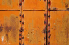 Rostig och målarfärgtextur på metalldörr Royaltyfria Bilder