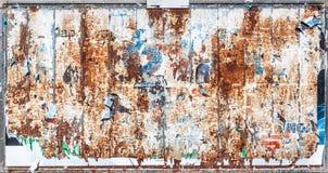 Rostig och skrapad metallpanelbakgrund Arkivfoto