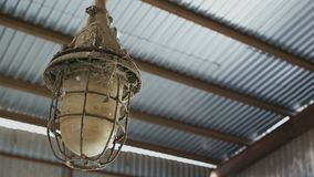 Rostig och smutsig lampa som täckas i spindelrengöringsduk stock video