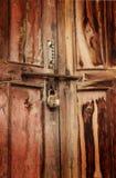 Rostig padlock på dörr Royaltyfri Foto
