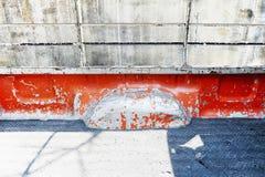Rostig plats för gammal peel bak baksida av orange retro tappninguppsamling t Arkivbild