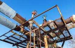 Rostig rörledning med ventiler mot bakgrunden för blå himmel Fotografering för Bildbyråer
