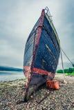 Rostig skeppsbrott på kust i Fort William i sommar, Skottland Royaltyfria Bilder