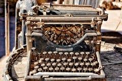 Rostig skrivmaskin för tappning på en trumma royaltyfri foto
