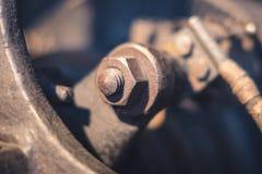 Rostig skruv- och muttermakro i gammal rostad motor Royaltyfri Bild