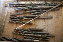 Rostig skruv på en träbakgrund, mekanikerbegrepp, SME-begrepp stålbakgrund Hög av metallskrot, bult, mutter arkivfoto