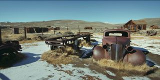 Rostig tappningbil i en övergiven by arkivbild