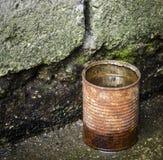 Rostig tincan med vatten Royaltyfria Bilder