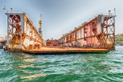 Rostig torr skeppsdocka i kajen av den Sevastopol fjärden, Krim Royaltyfria Foton