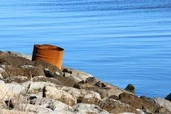 Rostig trumma vid vattnet Fotografering för Bildbyråer