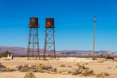 Rostig vattenbehållare i den Death Valley föreningspunkten, Death Valley nationalpark, Kalifornien Fotografering för Bildbyråer
