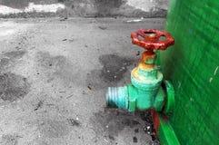 Rostig ventil på industriell behållare Royaltyfri Fotografi