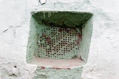 Rostig ventilationsspisgaller för gammal vägg med små hål Royaltyfria Foton